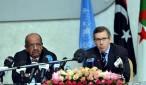El ministro argelino encargado de los Asuntos Magrebíes y Africanos, Abdelkader Mesahel (i), y el enviado especial de las Naciones Unidas para Libia, el español Bernardino León. EFE/Archivo