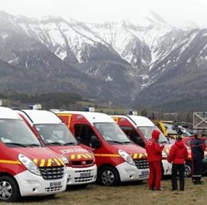 Vista de varias ambulancias de los equipos de rescate en el lugar donde se estrelló un Airbus A320 que operaba la compañía alemana Germanwings con 150 personas a bordo, en Seyne-les Alps, Francia, este 24 de marzo de 2015. EFE