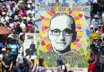 Fieles católicos participan en una marcha en memoria del arzobispo Óscar Romero hoy, martes 24 de marzo de 2015, en San Salvador (El Salvador). EFE