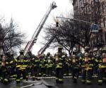 Bomberos trabajan para extinguir el fuego de un edificio que colapsó  en la parte baja de Manhattan en Nueva York (Estados Unidos). EFE