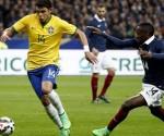 El jugador de Brasil Thiago Silva (i) disputa el balón con Blaise Matuidi (d) de Francia hoy, jueves 26 de marzo de 2015, durante el juego amistoso que se disputa en el estadio Stade de France, en Saint-Denis, cerca a París, Francia. EFE