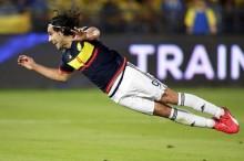 El delantero de la selección colombiana, Radamel Falcao remata de cabeza ante Kuwait durante el partido amistoso celebrado en el estadio Zayed de Abu Dhabi, Emiratos Árabes Unidos hoy 30 de marzo de 2015. EFE