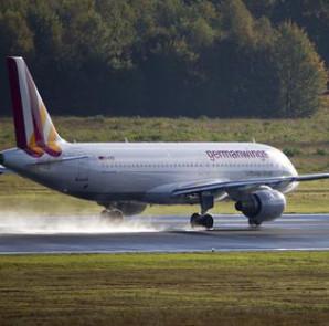 Fotografía de archivo del 16 de octubre de 2014 de un avión Airbus A320 de la compañía Germanwings al despegar del aeropuerto de Colonia/Bonn (Alemania). EFE/Archivo