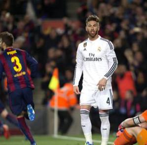 Los jugadores del Real Madrid Sergio Ramos (c) e Iker Casillas (d) tras encajar el primer gol ante el Barcelona, durante el partido de la vigésima octava jornada de liga en Primera División que se disputó en el Nou Camp. EFE