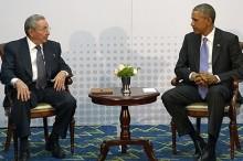 Fotografía cedida por Estudios Revolución del presidente de Cuba, Raúl Castro (C), reunido con su homólogo de EE.UU., Barack Obama (d), durante una histórica reunión, en la VII Cumbre de jefes de Estado y de Gobierno de las Américas que se celebrará en la Ciudad de Panamá. EFE