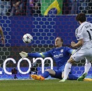 El centrocampista galés del Real Madrid Gareth Bale (d) dispara a puerta ante el portero esloveno del Atlético de Madrid Jan Oblak (2d), durante el partido de ida de cuartos de final de Liga de Campeones disputado en el estadio Vicente Calderón. EFE