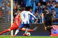 Jackson Martínez (c) de Porto ante Manuel Neuer (i) de Bayern Munich durante el partido de ida de los cuartos de final de la Liga de Campeones de la UEFA en el estadio Dragao de Porto (Portugal). EFE