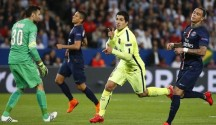 El jugador de Barcelona FC Luis Suárez (2-d) celebra un gol ante el Paris Saint-Germain durante el partido de ida de cuartos de final de la Liga de Campeones disputado en el estadio Parc des Princes de París (Francia). EFE