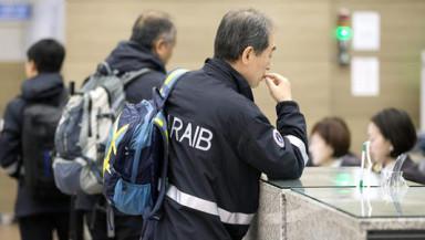 Miembros de la Junta de Investigación de Accidentes Aéreos y Vía Férrea (ARAIB) del Ministerio de Tierras, Infraestructura y Transporte llegan al aeropuerto de Incheon (Corea del Sur). Un avión de la compañía surcoreana Asiana se salió hoy de la pista durante su aterrizaje en el aeropuerto de Hiroshima (Japón),  y dejó al menos 20 heridos leves. Todos los pasajeros y los tripulantes fueron evacuados del avión tras el suceso. EFE