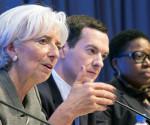 Fotografía cedida por el Fondo Monetario Internacional (FMI) que muestra a la directora gerente del FMI, Christine Lagarde (i), mientras participa en una rueda de prensa conjunta con el ministro de Finanzas de Alemania, Wolfgang Schauble (fuera de cuadro), y el canciller de Hacienda del Reino Unido, George Osborne (c), en las oficinas centrales del FMI, en Washington (DC, EE.UU.). EFE