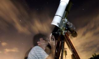 una persona que observa por un telescopio en el Faro de Fajardo, en la Reserva Natural de Los Cabezas de San Juan de Puerto Rico. EFE/Archivo