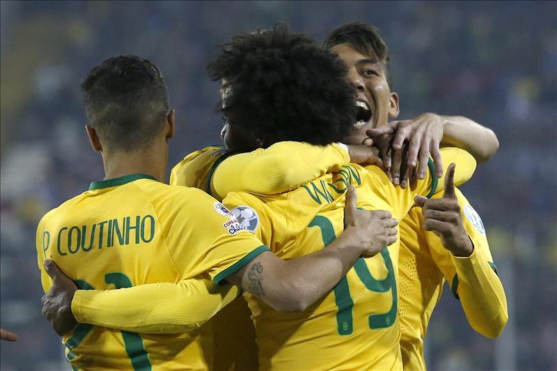 El centrocampista brasileño Roberto Firmino (dch) celebra, con sus compañeros Willian y Coutinho, el segundo gol para Brasil, durante el partido del grupo C de la Copa América de Chile 2015, disputado en el estadio Monumental David Arellano de Santiago de Chile, Chile, hoy 21 de junio de 2015. EFE