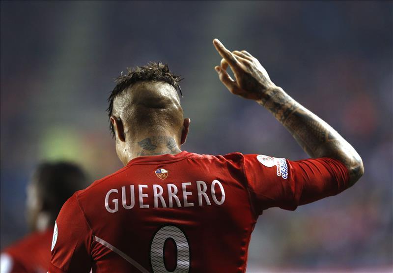 """El delantero peruano Paolo Guerrero fue registrado este jueves al celebrar su """"hat trick"""" ante Bolivia, durante un partido de los cuartos de final de la Copa América de Chile 2015, en el Estadio Municipal Bicentenario Germán Becker de Temuco. EFE"""