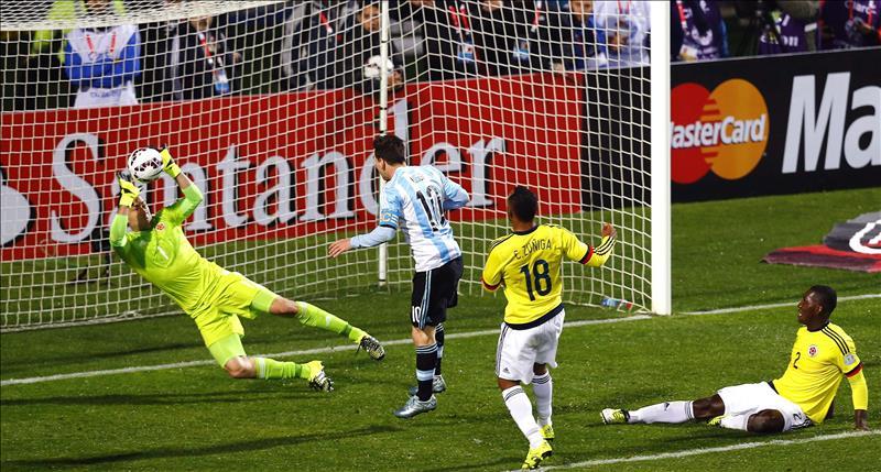 El portero colombiano David Ospina (i) fue registrado este viernes al despejar un remate de cabeza del delantero argentino Lionel Messi (2i), durante un partido de cuartos de final de la Copa América de Chile 2015, en el Estadio Sausalito de Viña del Mar. EFE