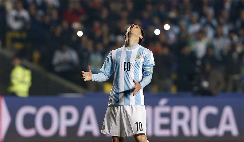 El delantero argentino Liones Messi tras fallar un disparo, durante el partido Argentina-Paraguay, de semifinales de la Copa América de Chile 2015, en el Estadio Municipal Alcaldesa Ester Roa Rebolledo de Concepción, Chile, este 30 de junio de 2015. EFE