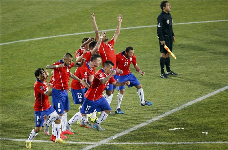 Los jugadores de Chile durante la tanda de penaltis en el partido Chile-Argentina, de final de la Copa América de Chile 2015, en el Estadio Nacional Julio Martínez Prádanos de Santiago de Chile, Chile, este 4 de julio de 2015. EFE