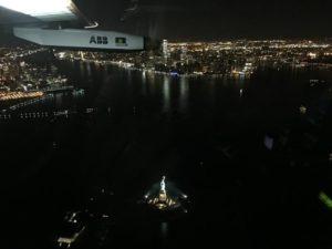 """El avión """"Solar Impulse II"""", propulsado exclusivamente con energía captada del sol, llegó hoy a Nueva York, tras sobrevolar la Estatua de la Libertad, en su última etapa en Estados Unidos antes de dirigirse hacia Europa. EFE"""