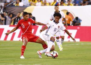 El jugador colombiano Juan Guillermo Cuadrado (d) conduce el balón ante la marca del peruano Christian Cueva (i) durante un partido entre Colombia y Perú por los cuartos de final de la Copa América Centenario, en el estadio MetLife de East Rutherford, Nueva Jersey (EE.UU.). EFE