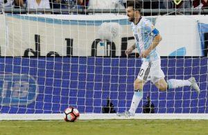 Lionel Messi de Argentina celebra su gol ante de Venezuela hoy, sábado 18 de junio de 2016, en los cuartos de final de la Copa América Centenario, en el estadio Gillete de Foxborough (EE.UU.). EFE