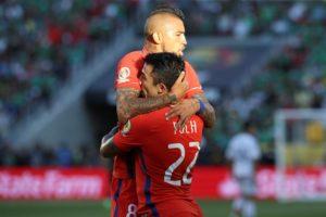 El jugador chileno Edson Puch (d) celebra con su compañero Arturo Vidal (i) después de anotar un gol, durante un partido entre México y Chile por los cuartos de final de la Copa América Centenario, en el Levi's Stadium de Santa Clara, California (EE.UU.). EFE
