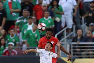 El jugador chileno Jean Beausejour (atrás) disputa el balón con el mexicano Hirving Lozano (adelante)  durante un partido entre México y Chile por los cuartos de final de la Copa América Centenario, en el Levi's Stadium de Santa Clara, California (EE.UU.). EFE