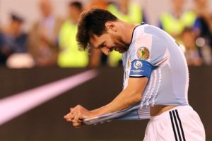 Lionel Messi de Argentina se lamenta luego de fallar un penalti en la serie contra Chile en la final de la Copa América Centenario en el estadio MetLife de East Rutherford, Nueva Jersey (EE.UU.). EFE
