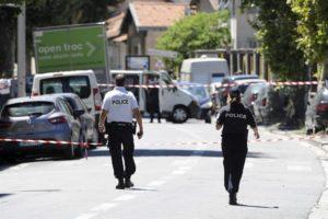 """Miembros de la policía establecen un perímetro acordonado el barrio de 'Les Abattoirs', Niza, Francia, donde residía el supuesto terrorista que ayer atropelló con un camión a más de ochenta personas en el """"paseo de los Ingleses"""" durante la Fiesta Nacional. EFE"""