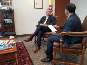 En la imagen, (D-I) Nicolás LLoreda embajador de Colombia en Canadá y el periodista Jose Rey