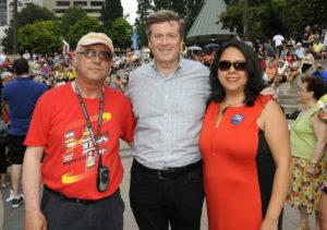 En la imagen, Fernando Valladares acompañado por el alcalde Toronto John Tory y abiola Sicard