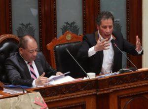 El ministro de Minería César Navarro (d) y el de Gobierno Carlos Romero (i), presentan un informe ante el Parlamento en La Paz (Bolivia), este 7 de septiembre de 2016, sobre las acciones del Estado ante el conflicto con mineros de cooperativas, en el que un viceministro fue asesinado y cinco mineros murieron en enfrentamientos con la Policía. EFE