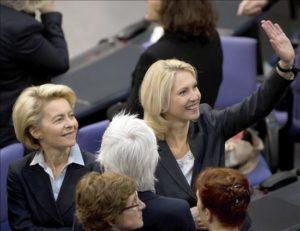 La ministra de Familia alemana, Manuela Schwesig (dcha), en presencia de la ministra de Defensa, Ursula von der Leyen (izq), saluda en la sesión parlamentaria celebrada ayer en Berlín,  en la que se aprobó una ley que obligará a respetar la cuota del 30 por ciento de presencia de mujeres en los consejos de las principales empresas del país para 2016. EFE