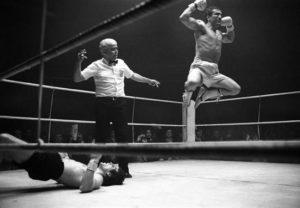 Fotografía de archivo del exboxeador Perico Fernández cuando se proclamó campeón de España del peso welter al derrotar por K.O. a Alfonso Redondo, en el poliedro de Ventas. EFE/Archivo