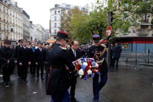 El presidente francés, Francois Hollande y la alcaldesa de París, Anne Hidalgo, descubren una placa conmemorativa de los atentados de hace un año cerca del café 'La Belle Equipe', hoy en París. EFE