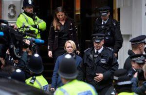 La fiscal sueca Ingrid Isgren (c) sale de la Embajada de Ecuador en Londres (Reino Unido) hoy, 14 de noviembre de 2016, tras interrogar al fundador del portal WikiLeaks, el australiano Julian Assange, por primera vez sobre supuestos delitos sexuales que investiga la Justicia sueca.EFE