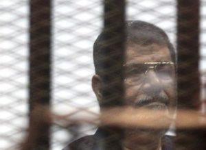 Fotografía de archivo tomada el 16 de mayo de 2015 que muestra al expresidente egipcio, Mohamed Mursi, en el interior de una celda durante su juicio en un tribunal de El Cairo (Egipto). EFE/Archivo