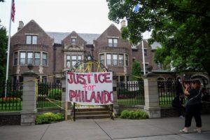 """Vista general de un cartel en el que se lee """"justicia para Philando"""", que hace referencia al joven negro Philando Castile abatido por un agente de policía en las calles de Falcon Heights. EFE/Archivo"""