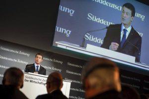 """El primer ministro francés, Manuel Valls, toma la palabra durante un foro económico organizado por el diario alemán """"Süddeutsche Zeitung"""" en Berlín (Alemania) hoy, 17 de noviembre. EFE"""