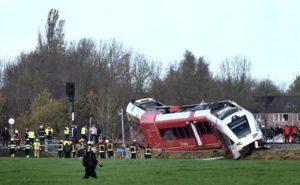 Miembros de los servicios de rescate trabajan en el lugar donde un tren de pasajeros descarriló al chocar con un camión de lácteos en la localidad de Winsum, en el norte de Holanda, hoy, 18 de noviembre. EFE