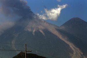 El volcán de Fuego de Guatemala, de 3.763 metros de altura y situado entre los departamentos de Escuintla, Chimaltenango y Sacatepéquez, tiene además una columna de ceniza de unos 4.300 metros de altura sobre el nivel del mar. EFE/Archivo