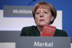 La canciller alemana, Angela Merkel (d) sostiene su tarjeta de voto junto al secretario general de la Unión Cristianodemócrata (CDU), Peter Tauber, durante la jornada del congreso federal de la CDU celebrada hoy, 7 de diciembre de 2016, en Essen (oeste de Alemania). EFE