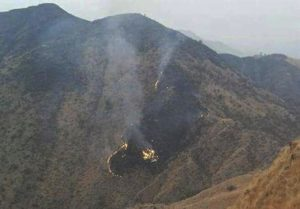 Vista de los restos del avión de la compañía aérea Pakistan International Airlines (PIA) tras estrellarse en Havelian, localidad situada al sur de Abbotabad, Pakistán, hoy, 7 de diciembre de 2016. Un avión se estrelló hoy en Pakistán con 40 personas a bordo cuando realizaba un trayecto entre Chitral (norte) e Islamabad, informaron hoy la Autoridad de Aviación Civil y varias fuentes. EFE