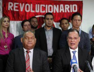 El secretario general del opositor Partido Revolucionario Democrático (PRD) de Panamá, Pedro Miguel González (d), habla junto al presidente de la agrupación política, Benicio Robinson (i), acompañados por un grupo de sus partidarios, durante una rueda de prensa hoy, lunes 12 de diciembre de 2016 en la Ciudad de Panamá (Panamá). EFE