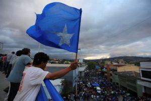 Simpatizantes del Partido Nacional piden la inscripción del presidente Juan Orlando Hernández para participar en las próximas elecciones hoy, miércoles 14 de diciembre de 2016, frente al Tribunal Nacional de Elecciones, en Tegucigalpa (Honduras). EFE