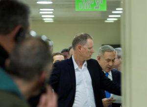 El primer ministro israelí, Benjamin Netanyahu (d), lee su discurso antes de ofrecer una rueda de prensa en Jerusalén, Israel, hoy 28 de diciembre de 2016. EFE