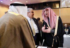 El ministro de Asuntos Exteriores de Arabia Saudita, Adel al-Jubeir (dcha), habla al ministro de Relaciones Exteriores de Bahrein, Khalid bin Ahmed al-Khalifa (c), en la apertura de la Conferencia de Paz en Oriente Medio en París, Francia, 15 de enero de 2016. EFE